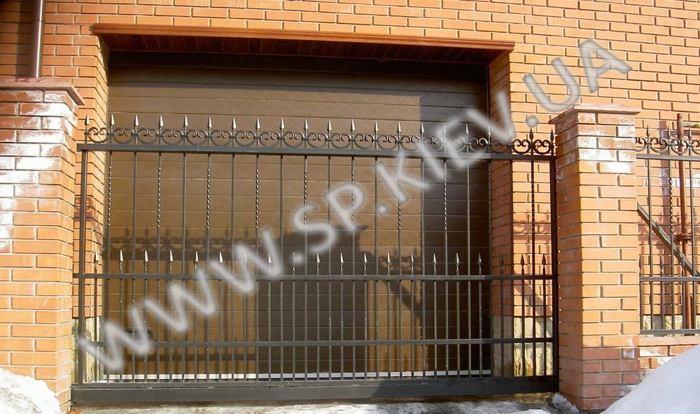 Кованные ворота перед гаражом