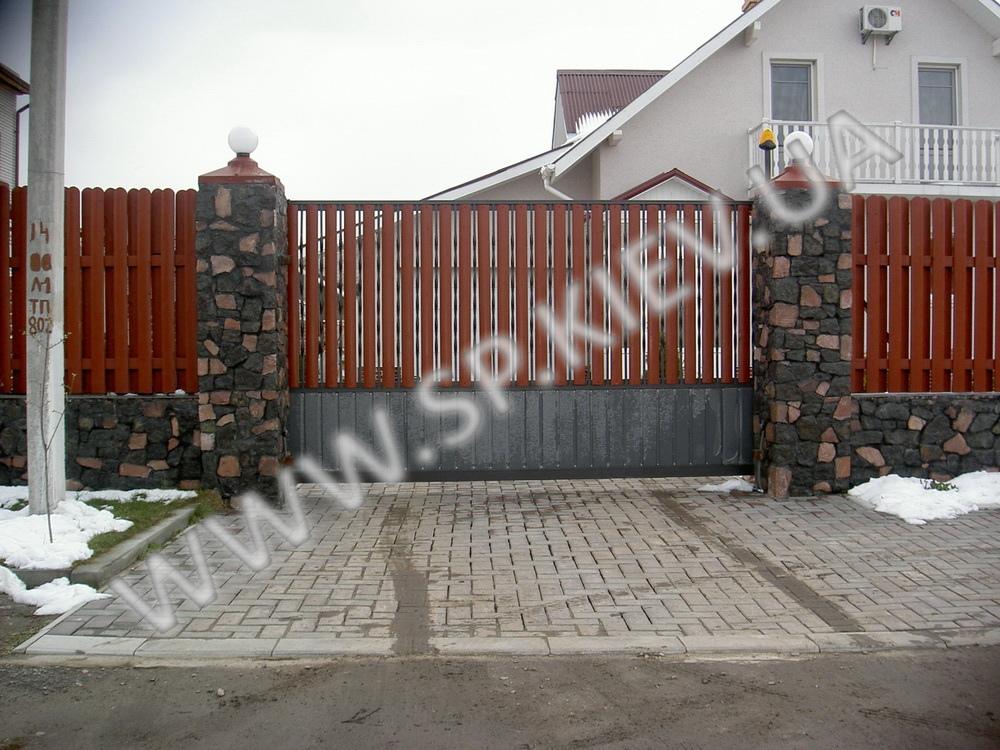 Забор из бута и дерева